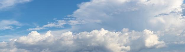 Panorama des blauen himmels mit weißen lockigen wolken