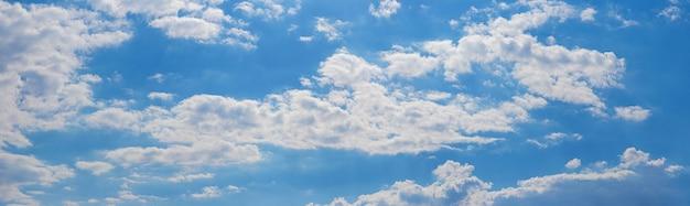 Panorama des blauen himmels mit weißen wolken an einem sonnigen tag