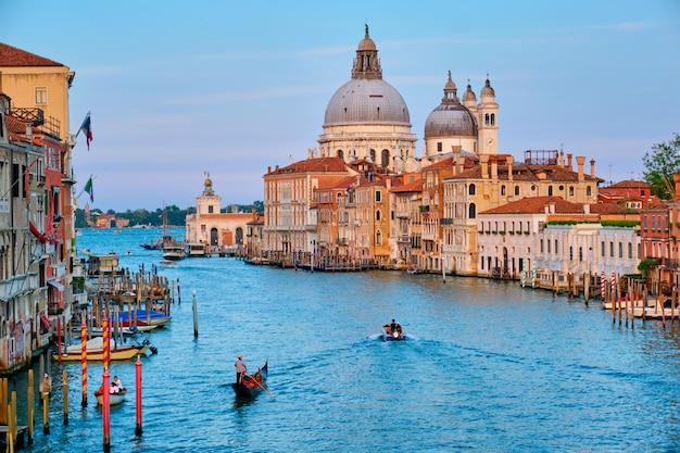 Panorama des canal grande von venedig und der kirche santa maria della salute bei sonnenuntergang