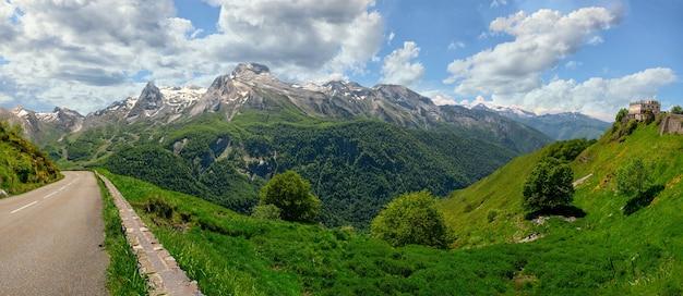 Panorama des dorfes gourette in den französischen pyrenäen