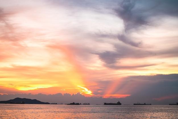 Panorama des dramatischen orangefarbenen himmels