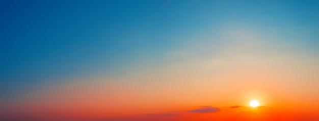 Panorama des dramatischen sonnenuntergangshimmels mit der untergehenden sonne