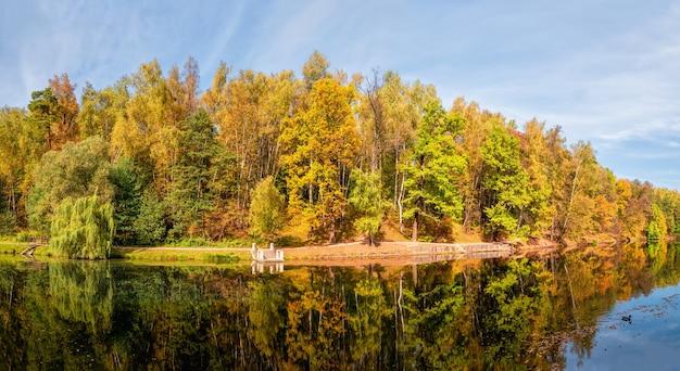 Panorama des herbstparks. schöne herbstlandschaft mit roten bäumen am see. zarizyno, moskau.