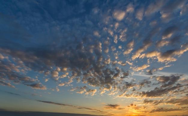 Panorama des himmels bei sonnenaufgang oder sonnenuntergang.