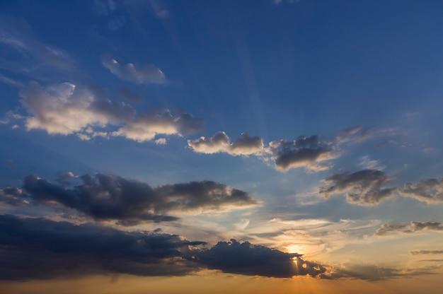 Panorama des himmels bei sonnenaufgang oder sonnenuntergang