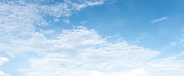 Panorama des klaren blauen himmels mit weißem wolkenhintergrund. clearing-tag und gutes wetter in t