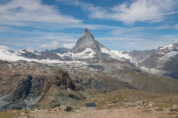 Panorama des matterhorn-berges, szene im nationalpark zermatt, schweiz, europa. sommerlandschaft, sonnenscheinwetter, dramatischer blauer himmel und sonniger tag