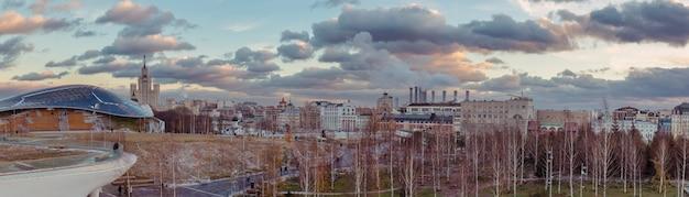 Panorama des moskauer stadtzentrums mit birken im park und alten gebäuden im hintergrund in der frühen wintersaison