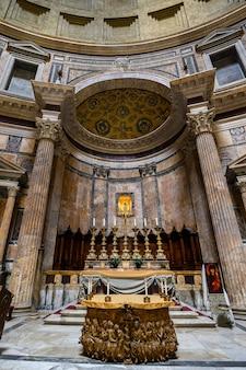 Panorama des pantheoninnenraums mit altar. im berühmten pantheon. das antike pantheon ist eine der haupttouristenattraktionen roms. panorama des pantheoninnenraums mit altar. rom, italien