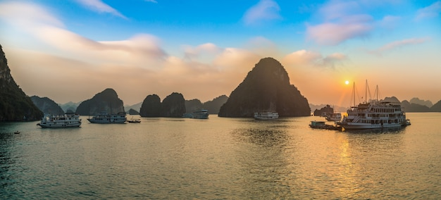 Panorama des sonnenuntergangs in halong bucht, vietnam