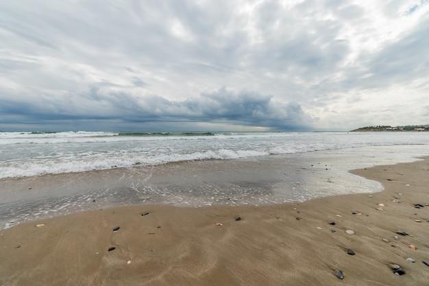 Panorama des stürmischen himmels am strand