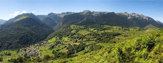 Panorama des tales von benou in den französischen pyrenäen-bergen