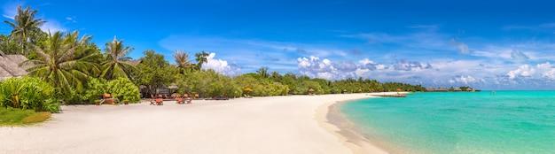 Panorama des tropischen strandes im sommertag