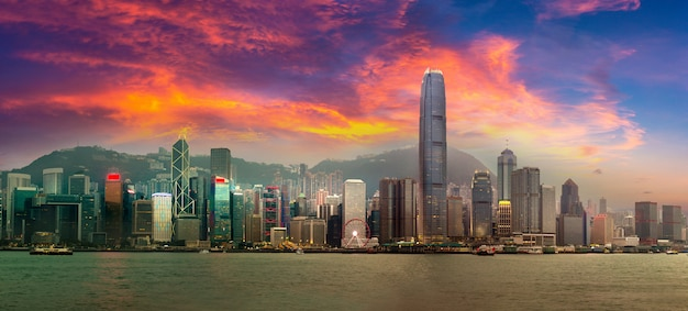 Panorama des victoria harbour in hong kong am sommerabend