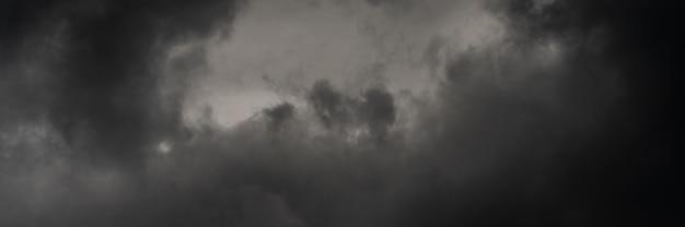 Panorama dramatische sturmwolken bei dämmerungshimmel, regnerischem und bewölktem wetter. hintergrund der naturmeteorologie
