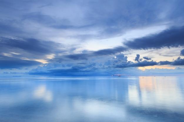 Panorama dramatischer tropischer sonnenuntergang himmel und meer in der dämmerung