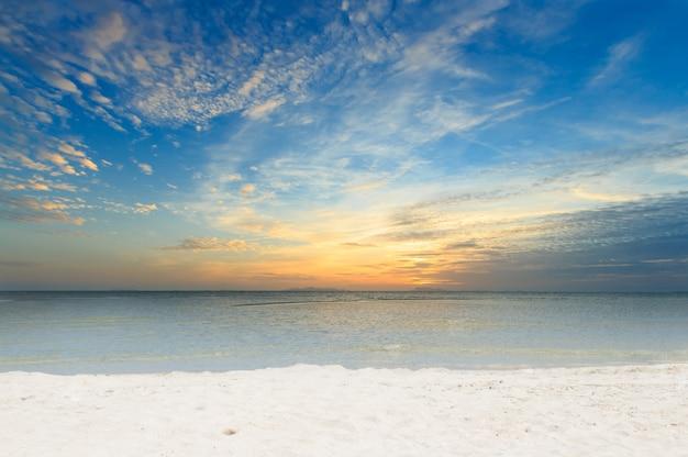 Panorama dramatisches himmelmeer und weißer sandstrand im morgengrauen, samui-insel, thailand