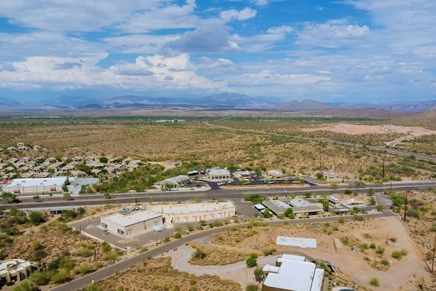 Panorama-draufsicht fountain hills kleine amerikanische stadt lifestyle district landschaft in der nähe der bergwüste von us 87 autobahnen in arizona usa?