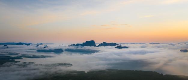 Panorama landschaft morgennebel und sonnenaufgang samet nangchee aussichtspunkt von phang nga, thailand