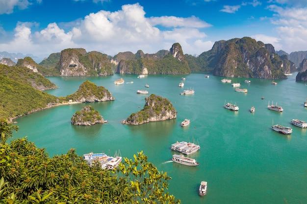 Panorama-luftaufnahme der halong-bucht, vietnam an einem sommertag