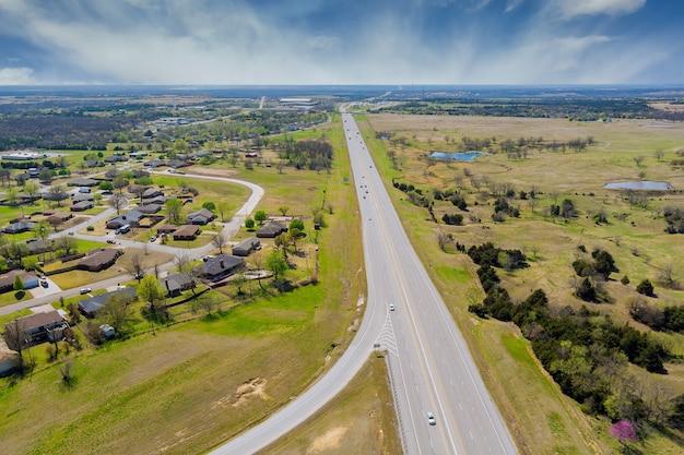 Panorama-luftaufnahme der kleinen stadt nahe straßenautobahndörfern, die in mittelamerika gelegen sind