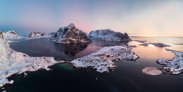 Panorama-luftaufnahme des skandinavischen archipels mit gebirgszug am nordpolarmeer