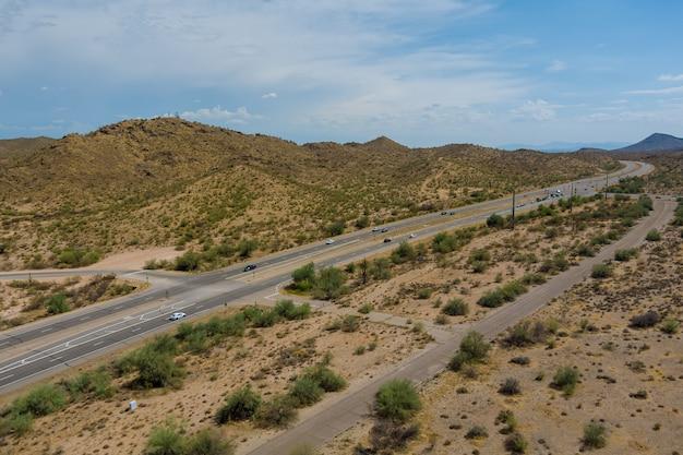 Panorama-luftbild-autobahn über die trockene wüste arizona mountains reisen abenteuer wüstenstraße desert