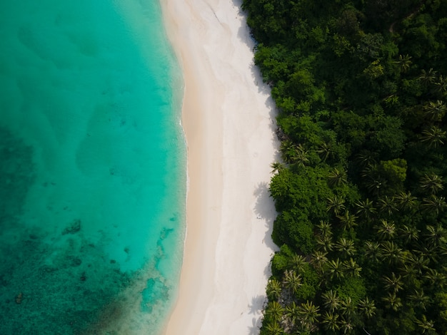 Panorama-luftbild schönes strandmeer in freedom beach phuket thailand