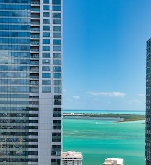 Panorama-luftbild von downtown miami an einem sonnigen tag, florida, usa.
