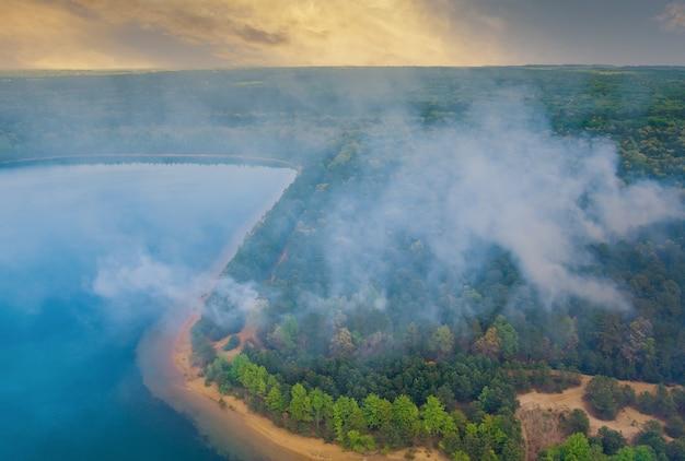 Panorama-luftlauffeuer verbrennt trockenes gras der bäume im wald in kalifornien