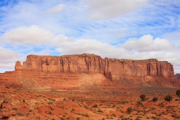 Panorama mit berühmten buttes des monument valley aus arizona, usa.
