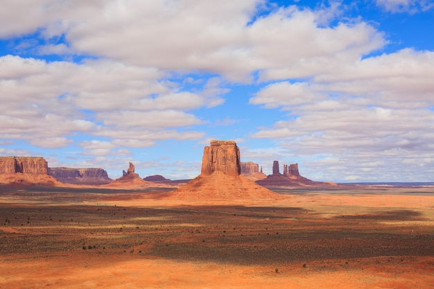 Panorama mit berühmten buttes des monument valley aus arizona, usa.
