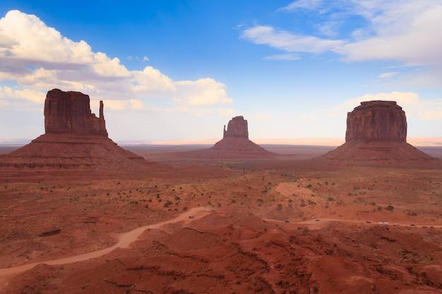 Panorama mit berühmten buttes of monument valley aus arizona, usa. rote felsenlandschaft