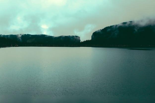 Panorama mountain foggy carpathian mountains gipfeln an einem nebligen herbstmorgen und seeblick. bucegi-gebirge, rumänien europa