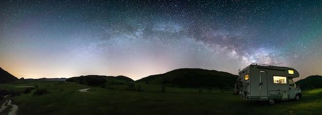 Panorama nachthimmel über montelago hochland, marken, italien,