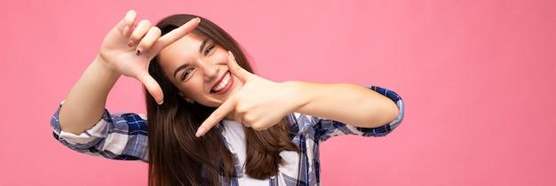 Panorama-porträt der jungen positiven entzückenden lächelnden schönen brünetten frau mit aufrichtigkeit