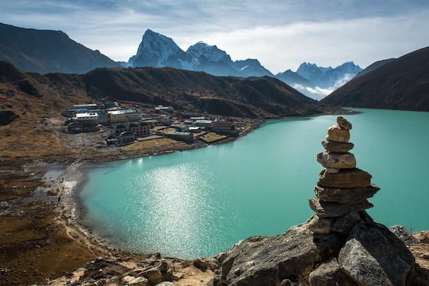 Panorama schöne aussicht auf gokyo dorf mit gokyo see und schneeberg im hintergrund,