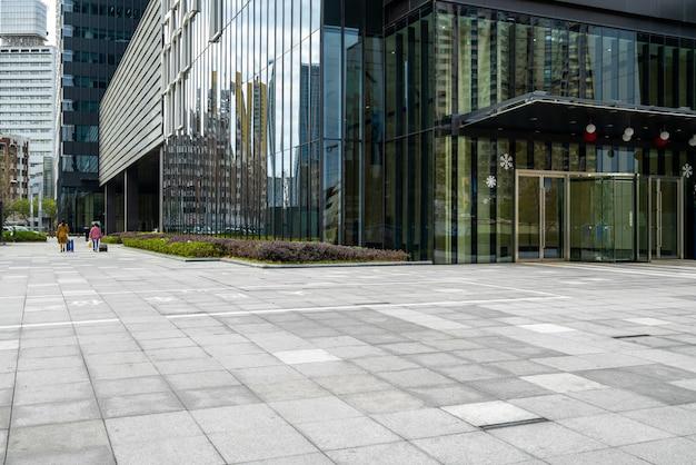 Panorama-skyline und gebäude mit leerem betonquadratboden, shanghai, china