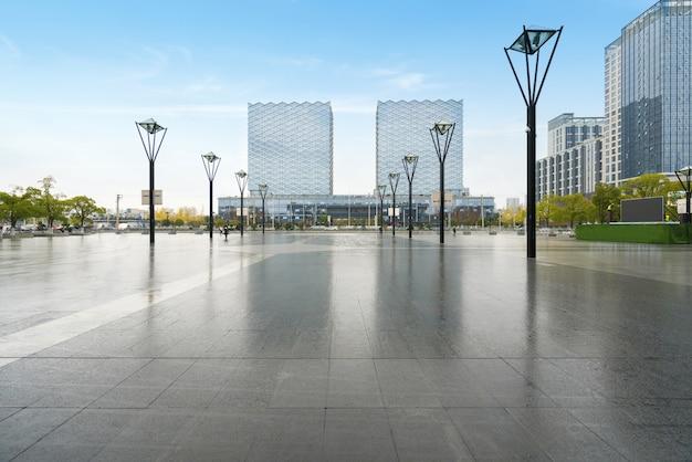 Panorama-skyline und gebäude mit leerem betonquadratboden