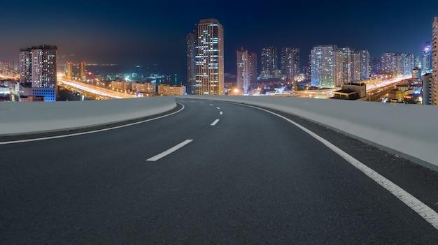 Panorama-skyline und leere asphaltstraße mit modernen gebäuden