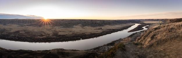 Panorama-sonnenaufgang-aufnahme der wüste wie canyon mit fluss, drumheller-region alberta kanada?