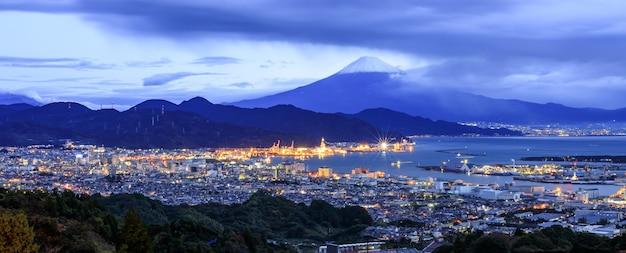 Panorama-stadtbild und schifffahrtshafen mit fuji-berg, japan