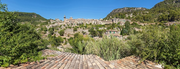 Panorama valldemossa-hügel. blick auf das dorf valldemossa, mallorca, balearen, spanien.