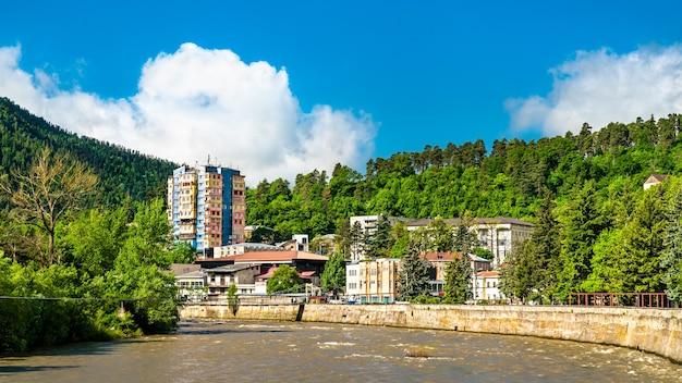 Panorama von bordschomi mit dem fluss kura, einem ferienort in süd-zentral-georgien