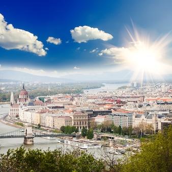 Panorama von budapest, ungarn, blick auf die kettenbrücke und das parlamentsgebäude
