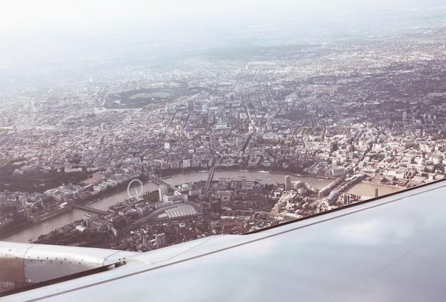 Panorama von der dachterrasse aus london vom flugzeug aus