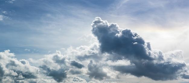 Panorama von flauschigen wolken gegen blauen himmel