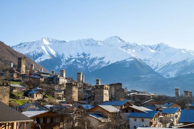 Panorama von georgia bergen uzhba und schneehut glaser