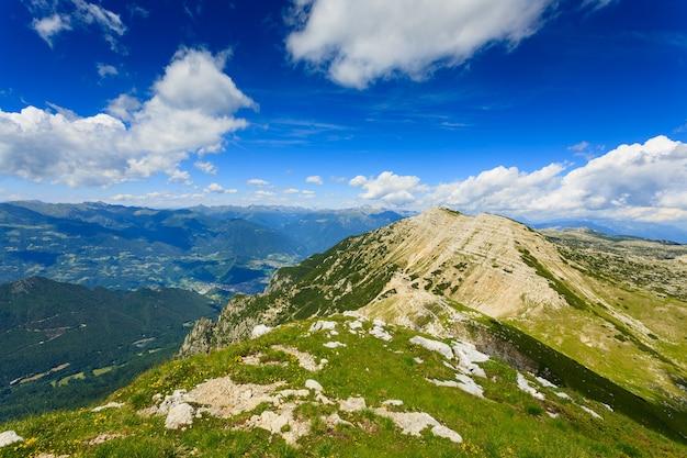 Panorama von italienischen alpen, spitze eines berges, cima larici asiago