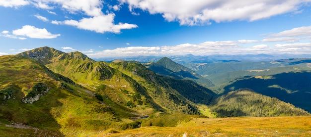 Panorama von karpatenbergen am sonnigen tag des sommers.